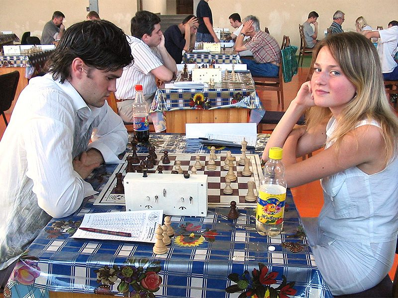 WIM Dvoretska playing her favorite Four Pawns Attack in the Kings Indian against IM (now GM) Simantsev, Kharkiv Sport School, July 2004